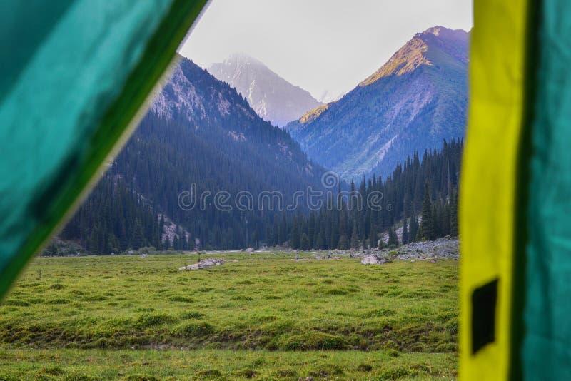 Vista bonita da barraca Caminhada e turismo Acampamento nas montanhas resto no selvagem Foto atmosf?rica fotos de stock royalty free