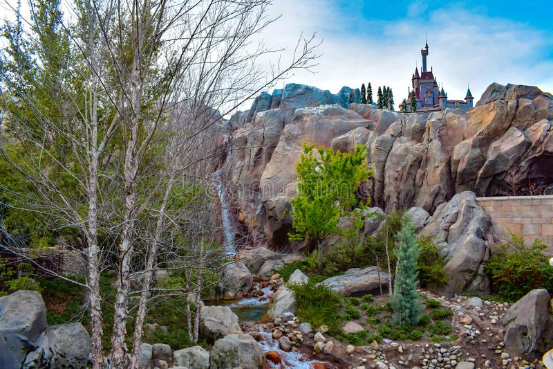 A vista bonita da cachoeira e do castelo do animal seja nosso restaurante do convidado no reino mágico em Walt Disney World imagem de stock royalty free