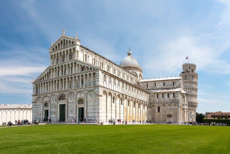 Vista bonita da catedral e da torre de Pisa imagens de stock