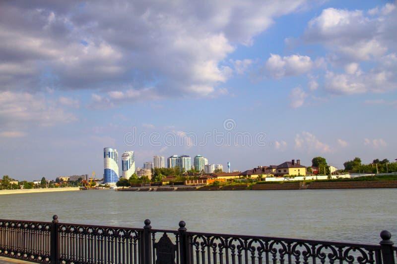 Vista bonita da cidade com o rio do cais fotografia de stock