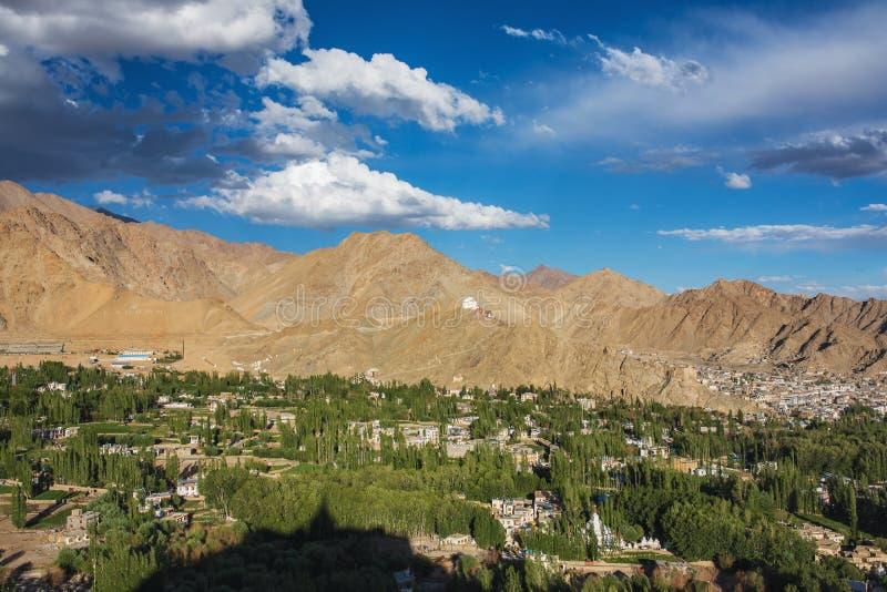 Vista bonita da cidade de Leh e do vale verde de Indus, Ladakh, Índia foto de stock
