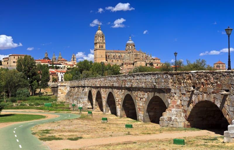 Vista bonita da cidade histórica de Salamanca com catedral nova e a ponte romana, região de Castilla y Leon, Espanha foto de stock