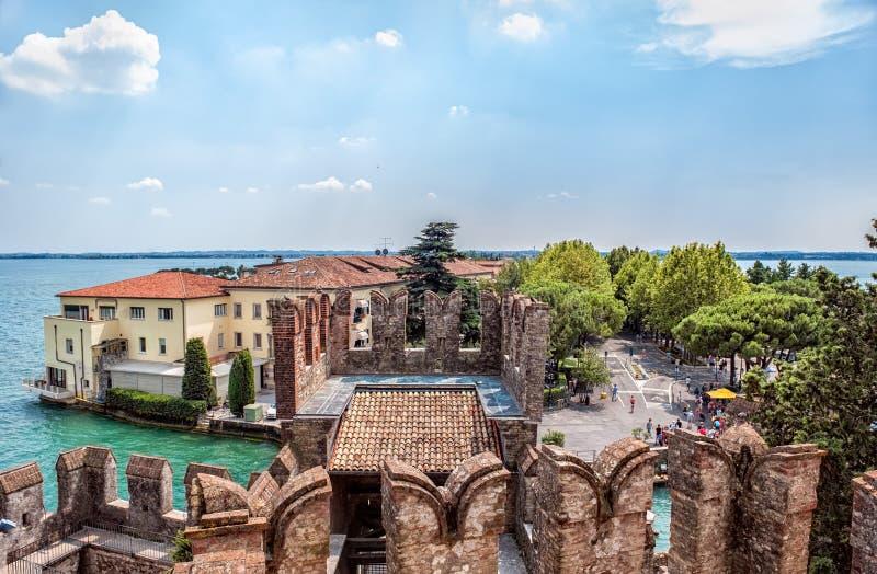 Vista bonita da cidade italiana de Sirmione no lago Garda da fortaleza em um dia de verão ensolarado foto de stock royalty free