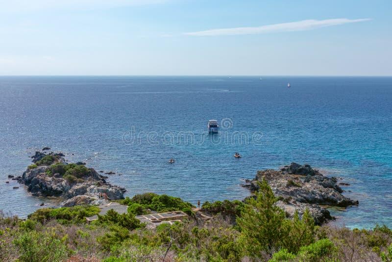 Vista bonita da costa rochosa de Elba Island, do mar azul e dos barcos Console da Ilha de Elba, Italy fotografia de stock