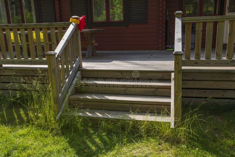 Vista bonita da escada da entrada a uma parte traseira de uma casa privada vermelha sweden Conceito exterior foto de stock