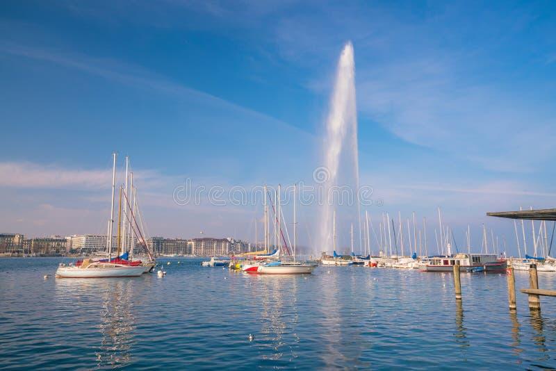Vista bonita da fonte do jato de água no lago de Genebra, Suíça imagens de stock