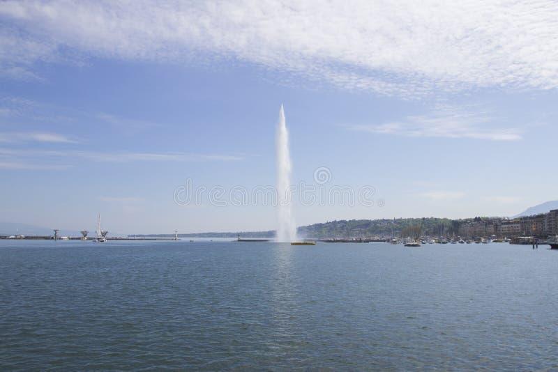 Vista bonita da fonte do jato de água no lago de Genebra, Suíça Arquitetura da cidade de Genebra com seu ` famoso Eau do jato d fotografia de stock royalty free