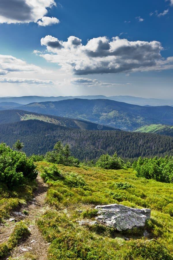 Vista bonita da fuga de montanhas de Beskidy foto de stock royalty free