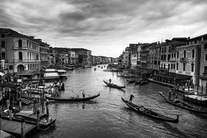 Vista bonita da gôndola tradicional no canal famoso grandioso fotos de stock