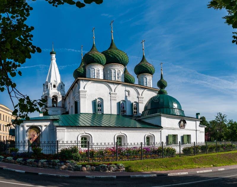 Vista bonita da igreja antiga do salvador na cidade na cidade de Yaroslavl imagens de stock royalty free