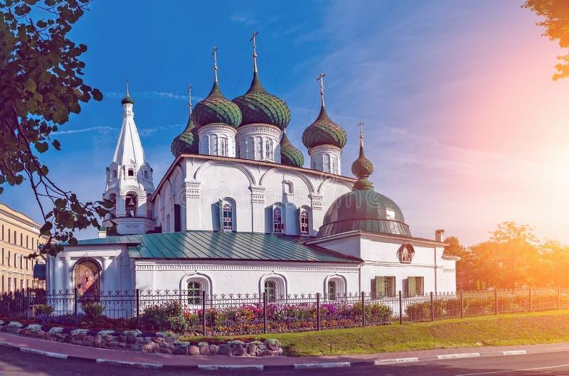 Vista bonita da igreja antiga do salvador na cidade na cidade de Yaroslavl fotografia de stock