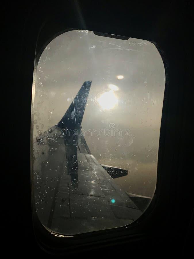 A vista bonita da janela do avião, grande asa dos aviões mostra o caixilho imagem de stock