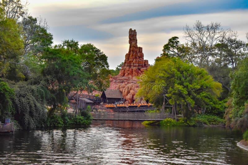 Vista bonita da montanha, da floresta e do lago do trovão no reino mágico em Walt Disney World imagem de stock