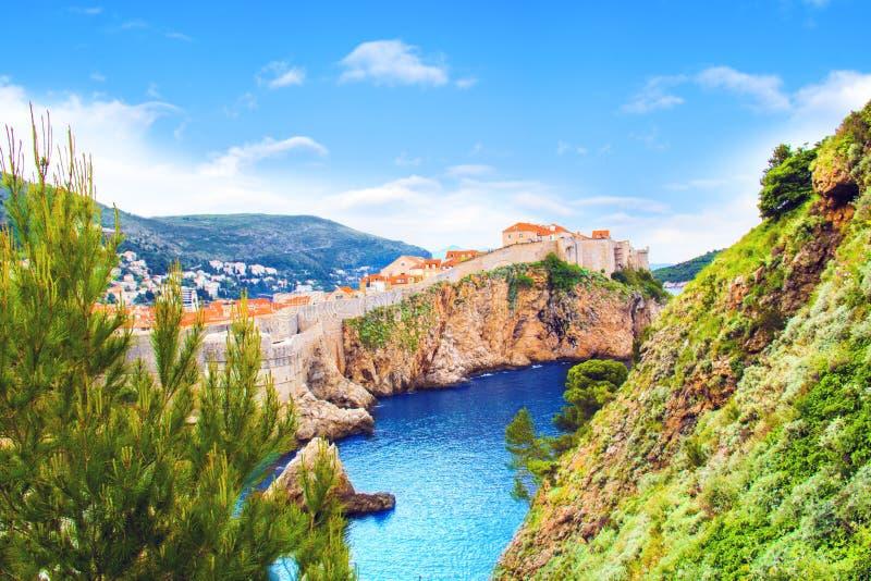 Vista bonita da parede da fortaleza e do golfo da cidade histórica de Dubrovnik, Croácia fotografia de stock royalty free
