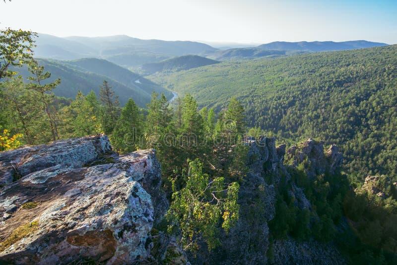 Vista bonita da parte superior da montanha, Rússia, Ural, Bashkortostan fotos de stock