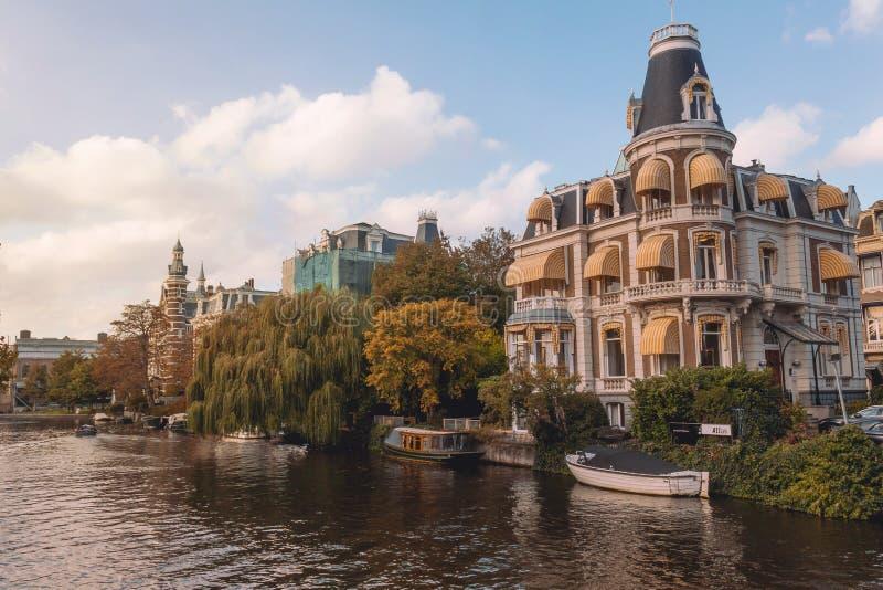 Vista bonita da ponte de Museumbrug em Amsterdão imagem de stock