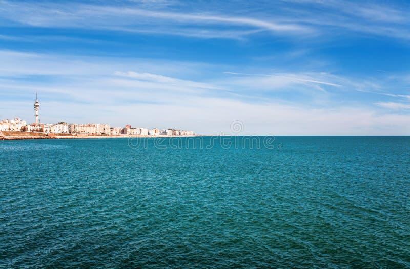 Vista bonita da praia ao oceano fotos de stock
