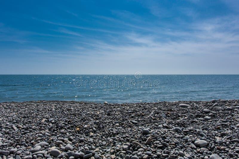 Vista bonita da praia rochosa ao mar foto de stock