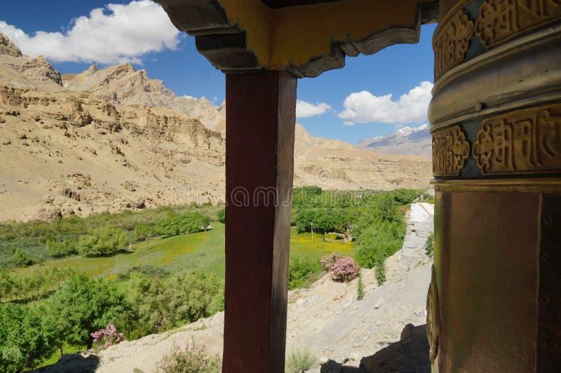 Vista bonita da roda de oração no monastério de Mulbek Chamba, imagens de stock royalty free