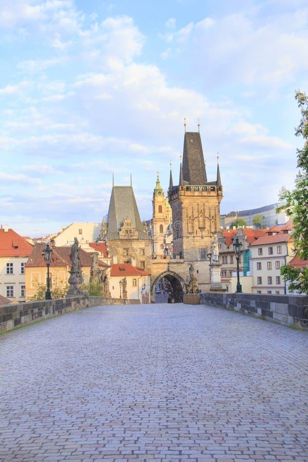 Vista bonita da torre de Malostranska de Charles Bridge no alvorecer em Praga, República Checa imagem de stock royalty free