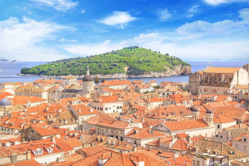 Vista bonita da torre de sino e da ilha de Lokrum na cidade velha de Dubrovnik, Croácia fotos de stock royalty free