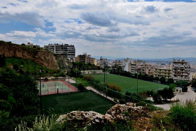 Vista bonita das alturas com os campo de jogos na cidade de Grécia foto de stock