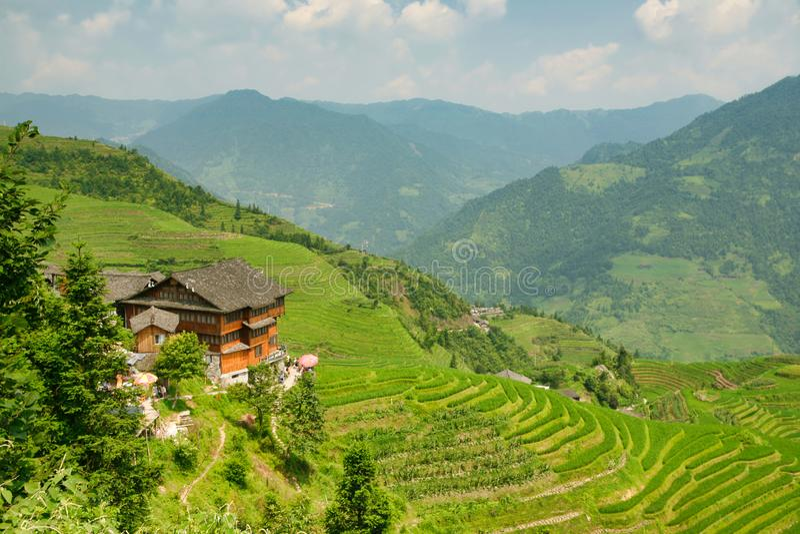Vista bonita das casas da vila de Dazhay, de terraços do arroz e de montanhas imagens de stock