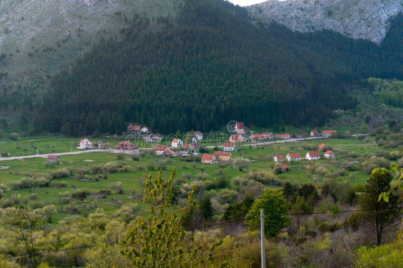 Vista bonita das casas tradicionais no terreno montanhoso em Montenegro imagem de stock