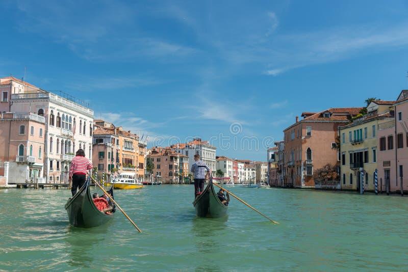 Vista bonita das gôndola no canal famoso grandioso no dia ensolarado imagens de stock royalty free
