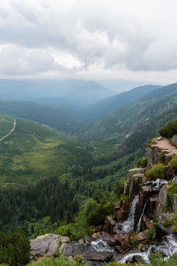 Vista bonita das montanhas à cachoeira agradável e ao va verde imagem de stock royalty free