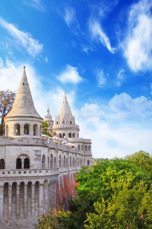 Vista bonita das torres do bastião do ` s dos pescadores em Budapest, Hungria foto de stock royalty free