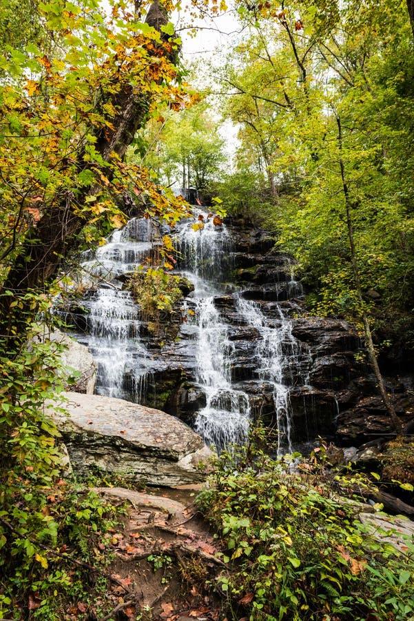 Vista bonita de cachoeiras de Walhalla em South Carolina imagens de stock