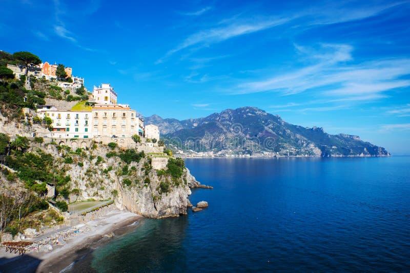 Vista bonita de casas da vila do lado do penhasco e de mar da costa de Amalfi em Itália foto de stock