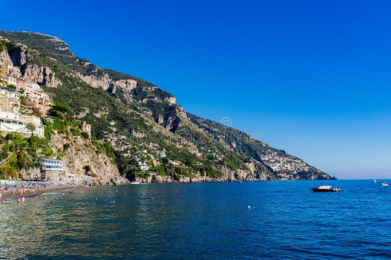 Vista bonita de casas da vila do lado do penhasco e de mar da costa de Amalfi em Itália fotografia de stock