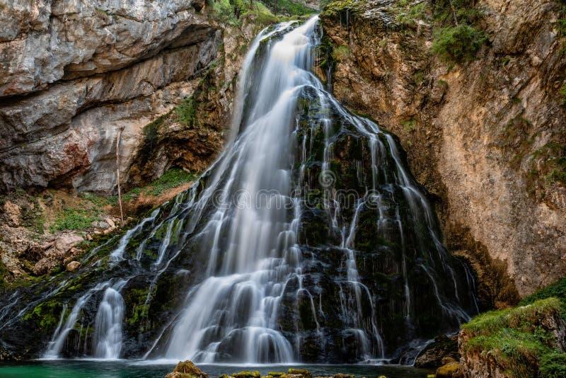 Vista bonita de Gollinger famoso Wasserfall com rochas musgosos e as árvores verdes, Golling, terra de Salzburger, Áustria foto de stock royalty free