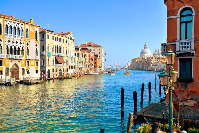 Vista bonita de Grand Canal com basílica, Veneza, Itália imagem de stock