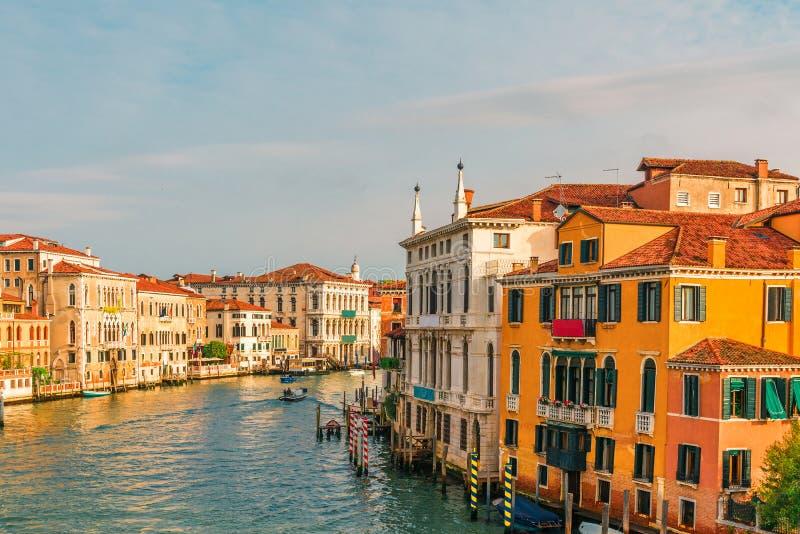Vista bonita de Grand Canal em Veneza, Itália da ponte de Accademia com as gôndola durante o nascer do sol fotos de stock royalty free