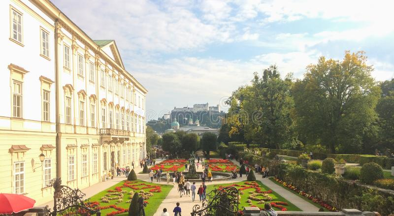 Vista bonita de jardins famosos de Mirabell com a fortaleza hist?rica velha Hohensalzburg no fundo em Salzburg, ?ustria imagens de stock