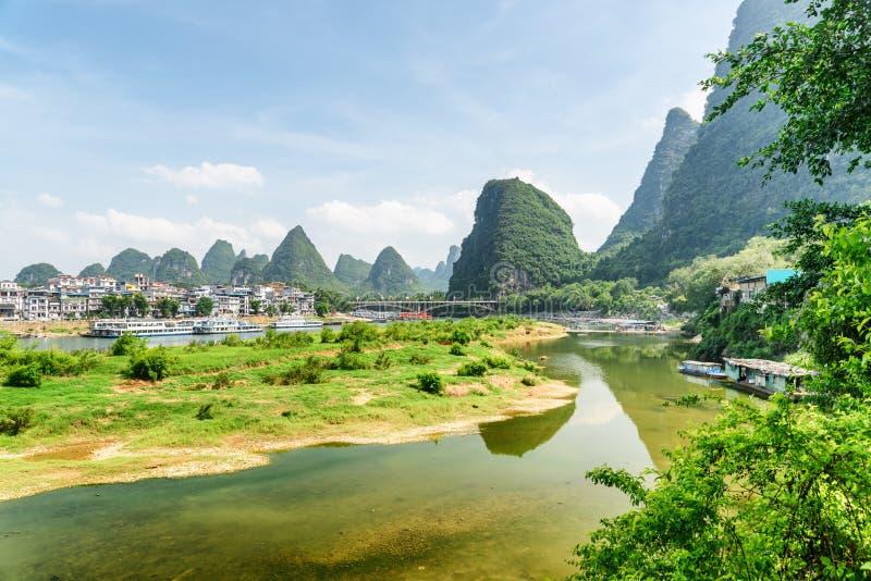 Vista bonita de Li River e da cidade de Yangshuo, China fotos de stock