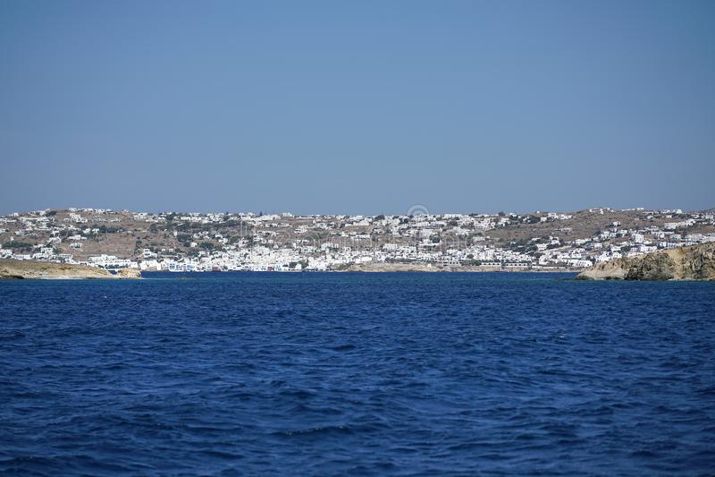 Vista bonita de Mykonos da balsa nas ilhas de Cyclades imagem de stock royalty free