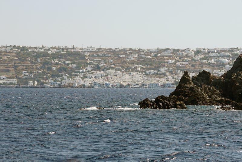 Vista bonita de Mykonos da balsa nas ilhas de Cyclades imagem de stock