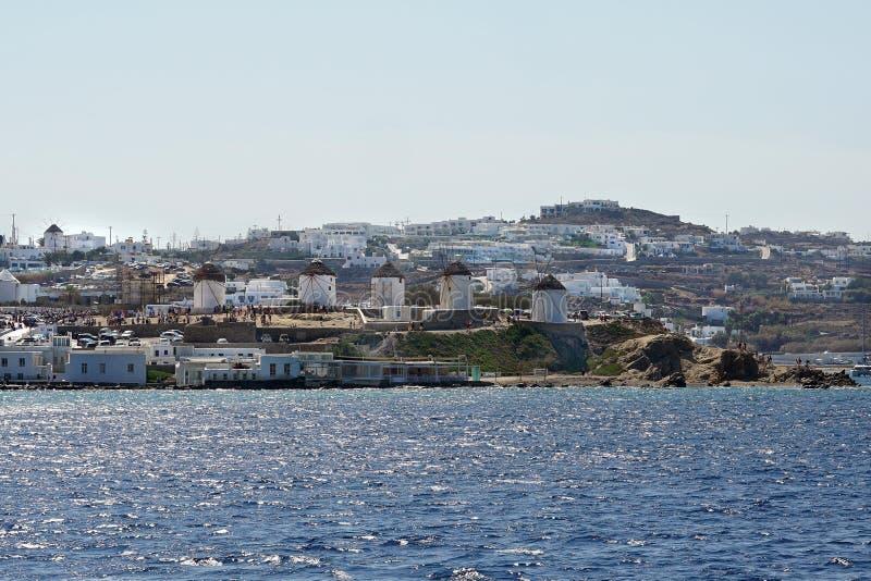 Vista bonita de Mykonos da balsa nas ilhas de Cyclades fotos de stock