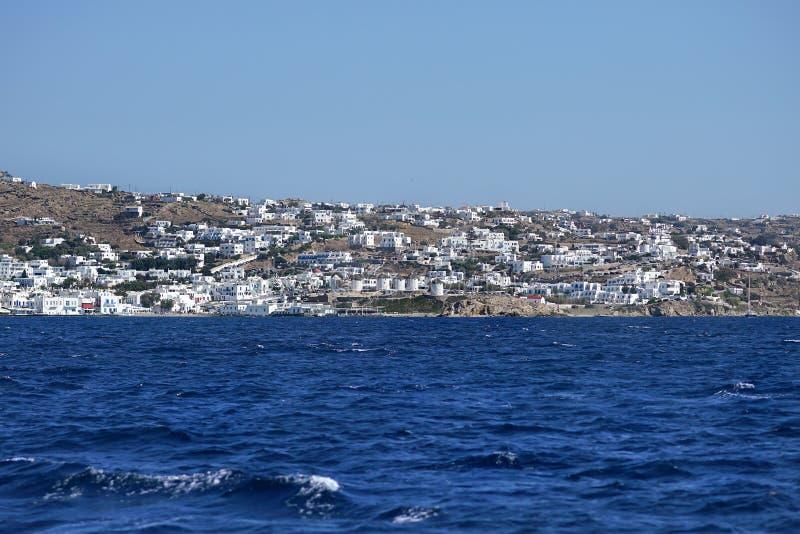 Vista bonita de Mykonos da balsa nas ilhas de Cyclades foto de stock