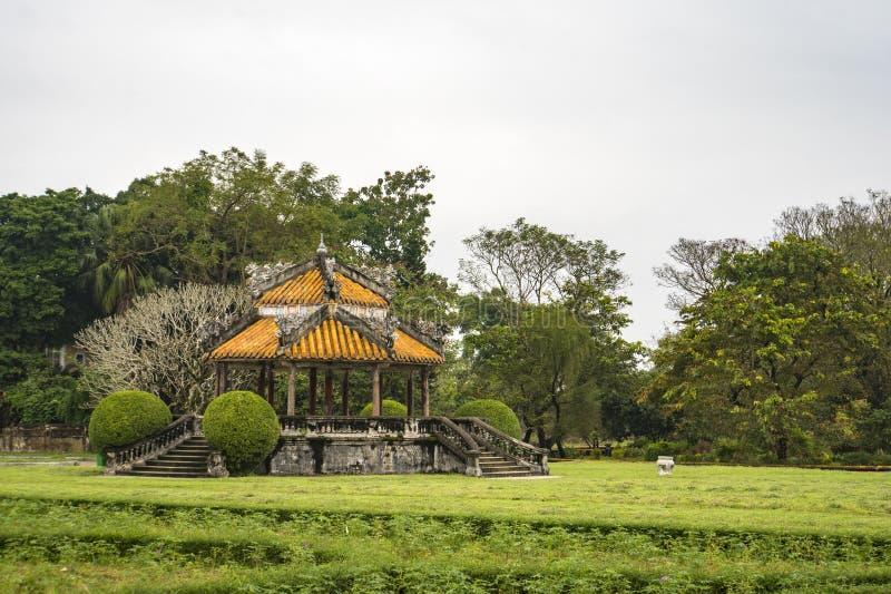 Vista bonita de pavilhões vietnamianos tradicionais no fundo do céu azul no jardim da cidade imperial no dia ensolarado do verão  imagens de stock royalty free