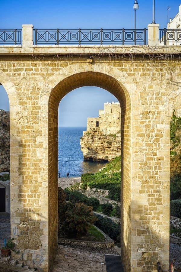 Vista bonita de Polignano, Apulia, Itália fotos de stock royalty free