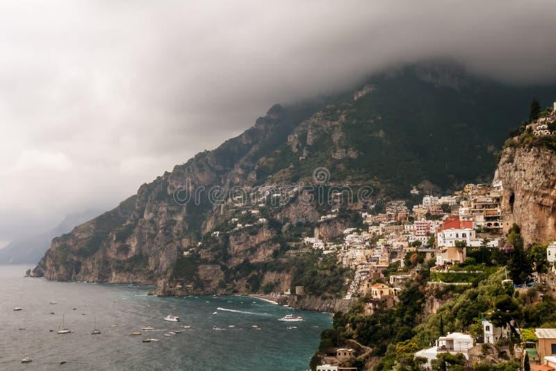 A vista bonita de Positano e o Amalfi costeiam com um céu dramático, Campania, Itália fotos de stock royalty free