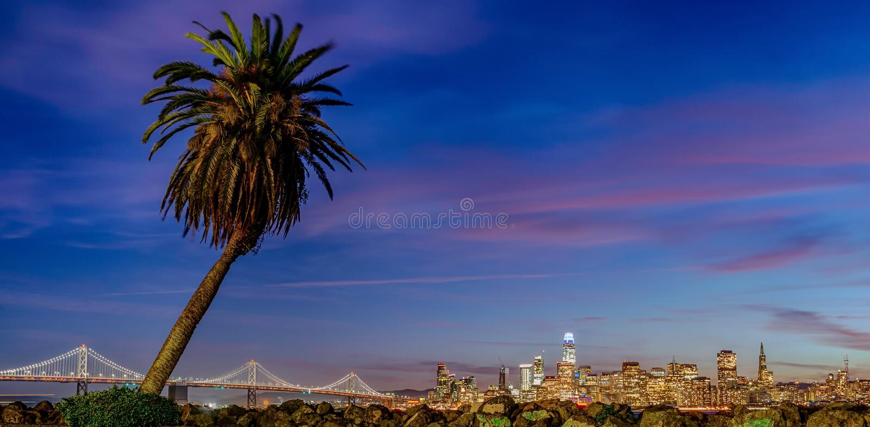 Vista bonita de San Francisco do centro nos EUA no crepúsculo imagem de stock royalty free