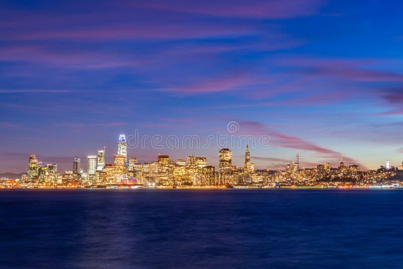 Vista bonita de San Francisco do centro nos EUA no crepúsculo fotos de stock