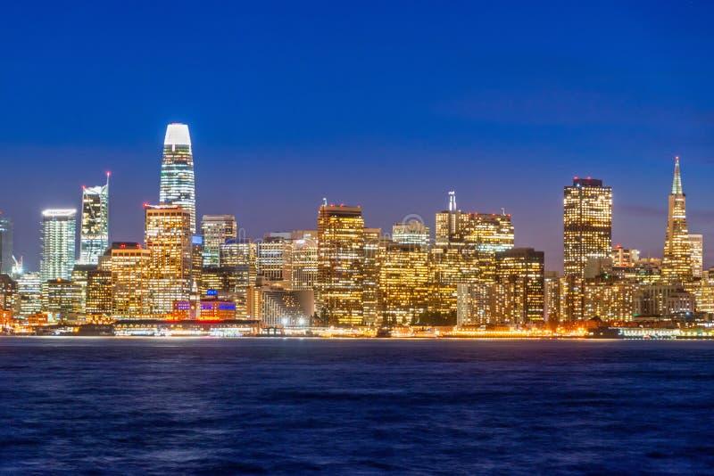 Vista bonita de San Francisco do centro nos EUA no crepúsculo foto de stock royalty free