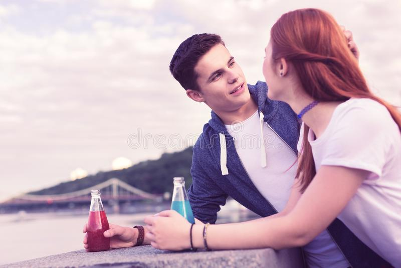 Vista bonita de sorriso do homem de cabelos curtos em sua amiga do gengibre foto de stock